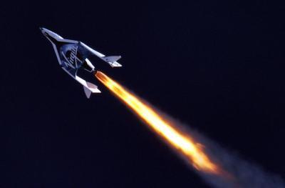 Le SpaceShipTwo avec son moteur allumé.