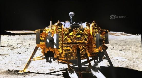 """L'atterrisseur de la mission Chang'e 3après avoir déposé son rover """"Yutu""""."""