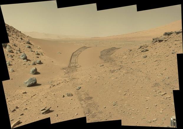 Le rover Curiosity regarde derrière lui le 9 février 2014. On voit nettement les traces de ses roues dans le sable martien.